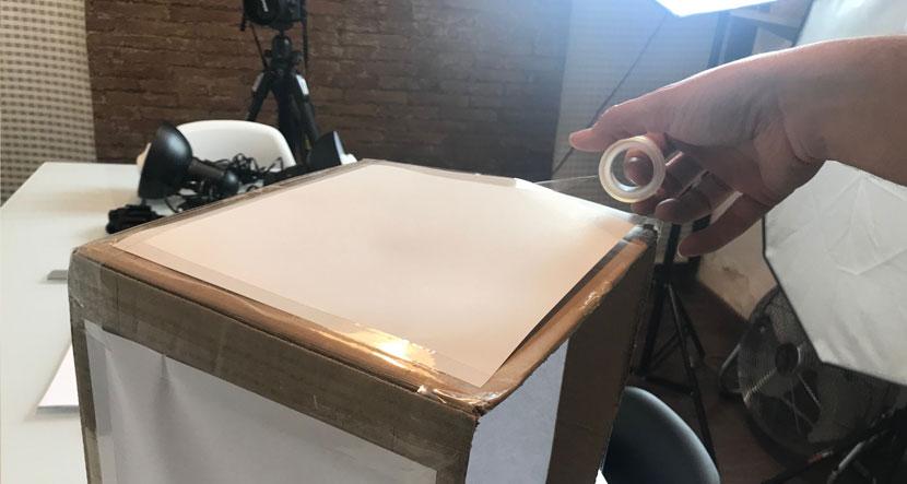 hacer tú mismo una caja de luz para fotografía de producto en tu eCommerce coloca el papel